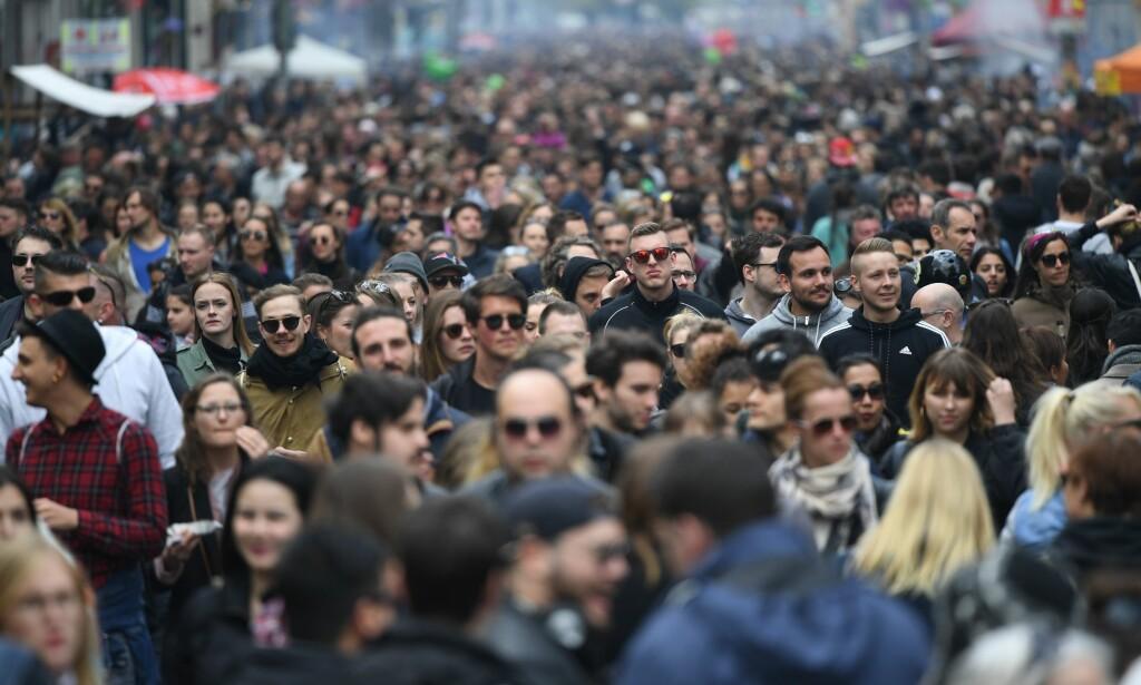 BEFOLKNING: Innbyggerne i Berlin er ute i gatene under mai-festen 1. mai i år. Det er ventet at det bor 89 millioner færre mennesker i Europa i 2100 enn det gjør i dag. Foto: AFP / NTB Scanpix