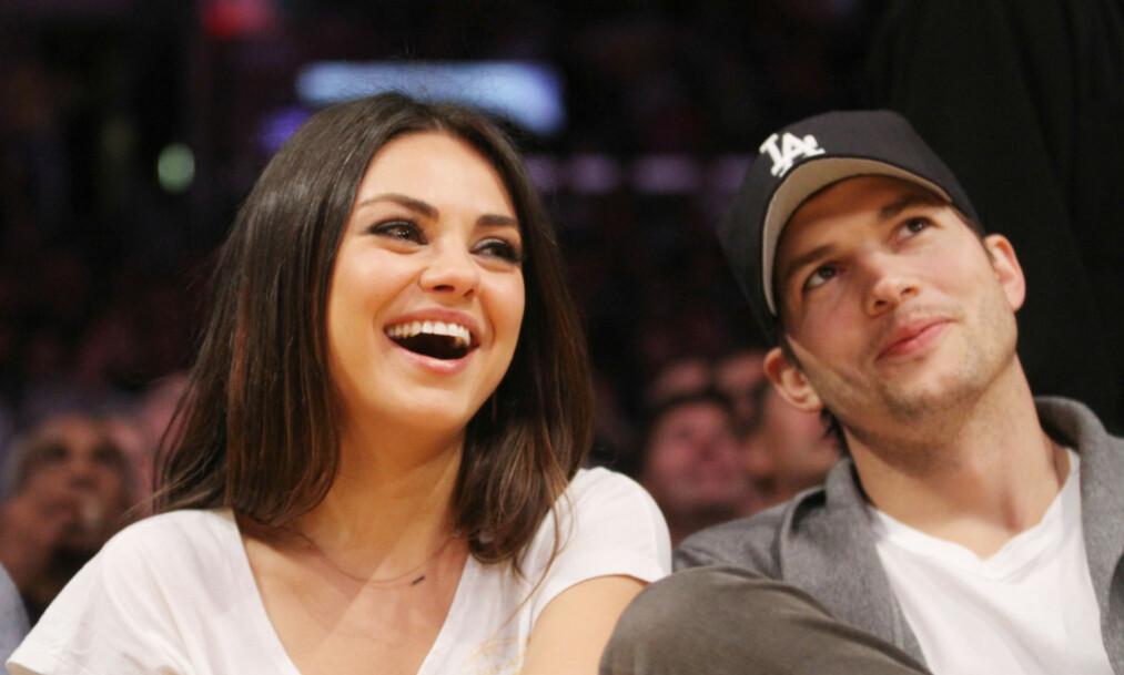 FØRSTE KYSS: Ashton Kutcher og Mila Kunis har vært gift siden 2015, men det første kysset dem imellom var definitivt ikke av det heteste slaget, skal man tro førstnevnte. Foto: NTB Scanpix