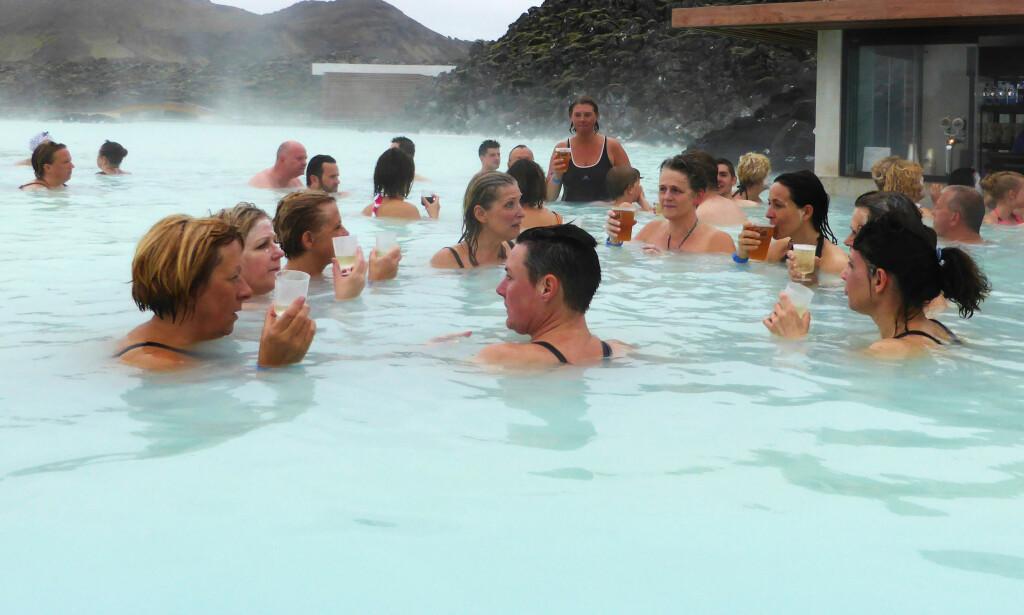 POPULÆRT: Island er mer populær blant turistene enn noen sinne. Stadig flere vil se landet og bade i de varme lagunene. Men hotellnæringen henger ikke med. Slikt blir det problemer av. Foto: NTB Scanpix