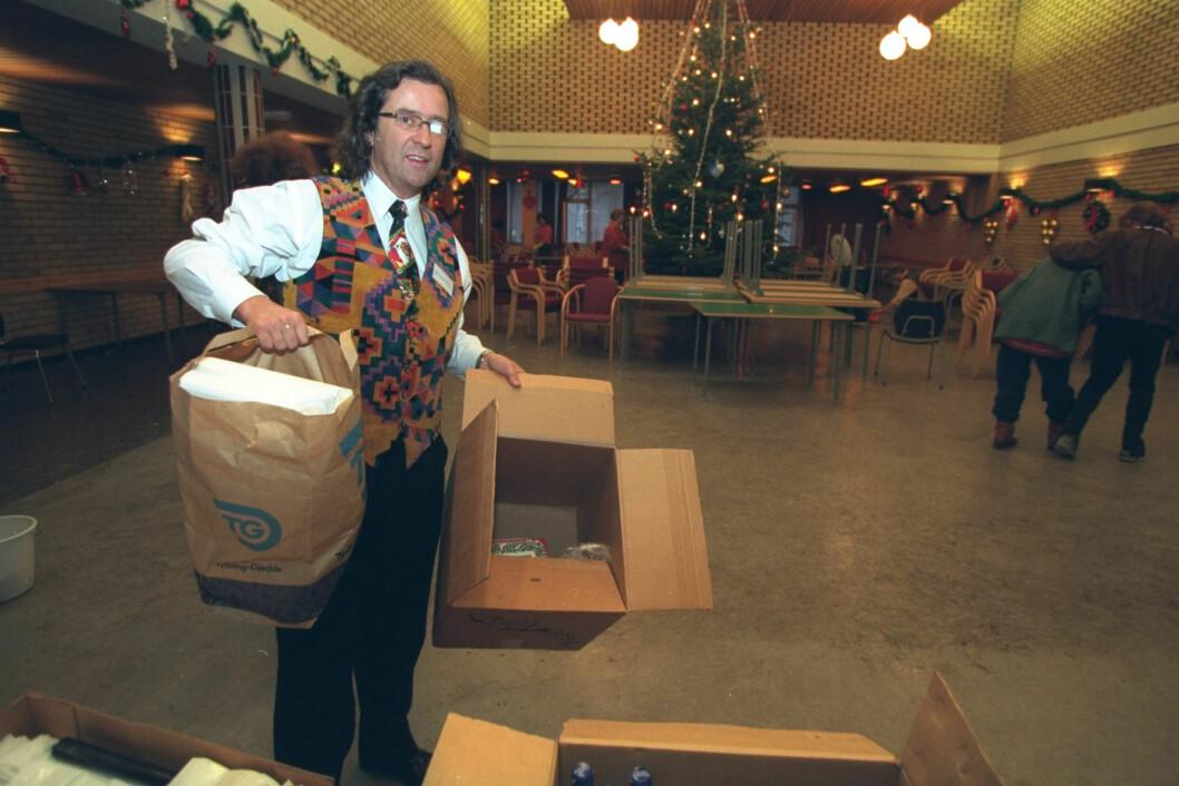 TRÅR TIL: Henning Holstad har ledet «Alternativ Jul» siden 1968. Dette bildet er tatt i 1996. Da ble festlighetene arrangert på KFUM-huset i Møllergata. Nå er arrangementet flyttet et steinkast unna, til Oslo Kongressenter.  Foto: NTB Scanpix