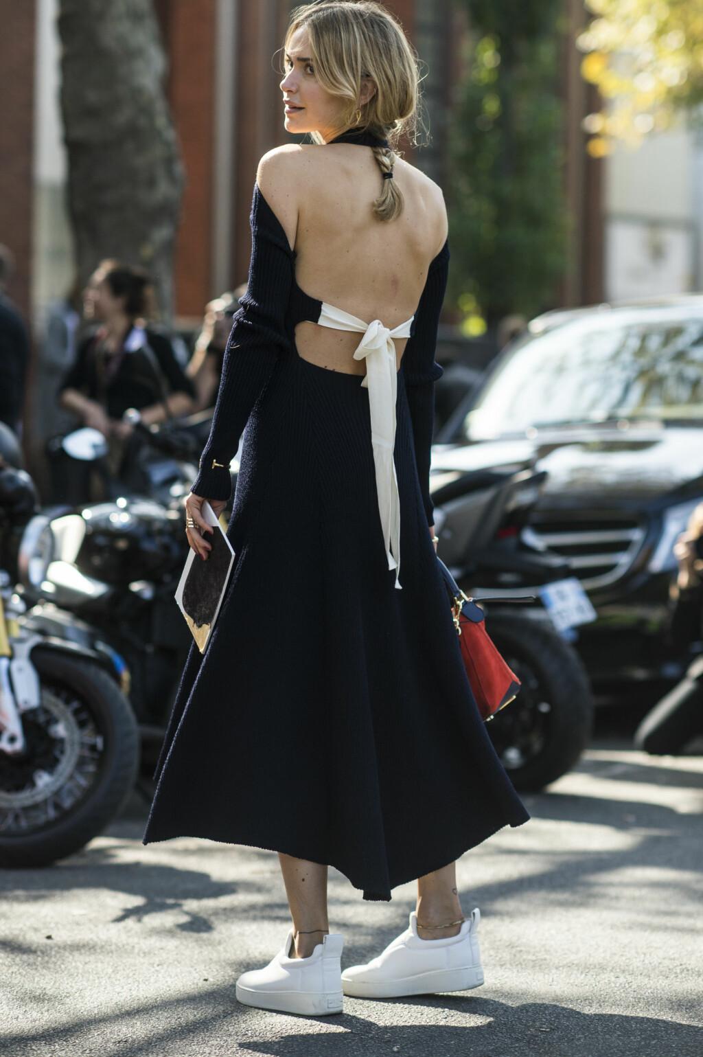 PYNTET MØTER AVSLAPPET: Vi elsker å kombinere sneakersene våre med kjoler! Kontrasten mellom det pyntede og det mer avslappede er så kult.