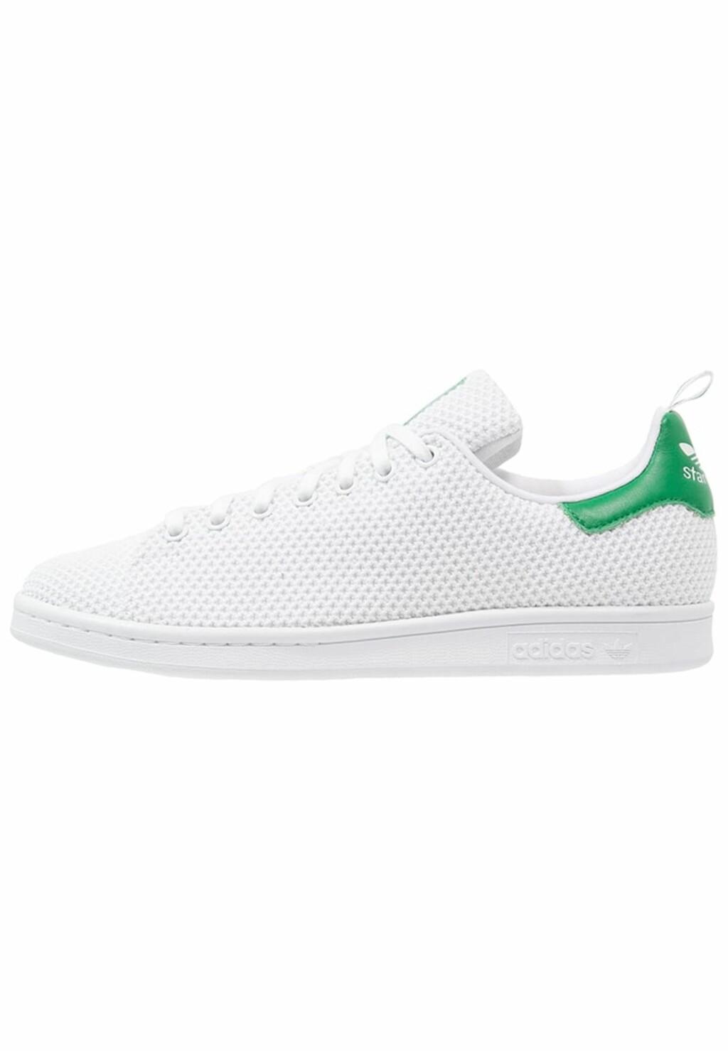 Stan Smith-sneakers fra Adidas med grønn detalj bak via Zalando.no   kr 949