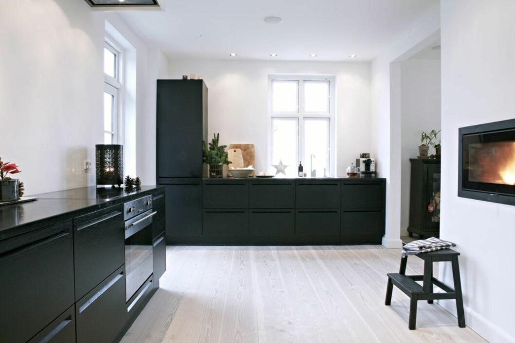 STORT OG LYST KJØKKEN: Det enkle kjøkkenet isortbeiset eik gir stramme, moderne rammer for myk og sanselig julestemnng. Foto: Lene Samsø