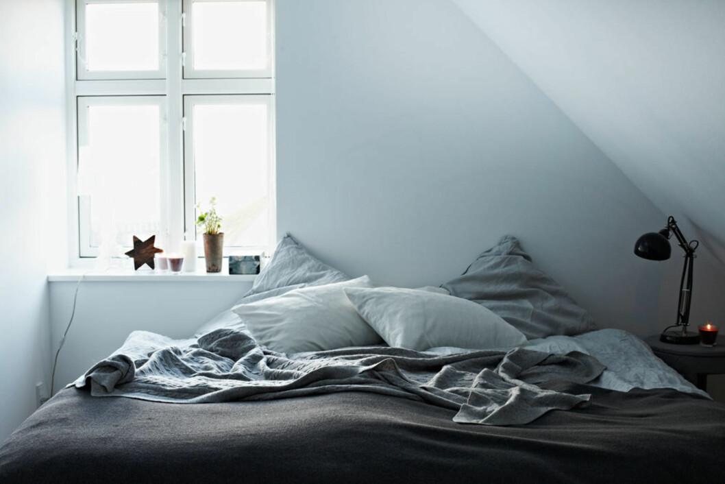 GOD NATT: Sengetøy i lin og tynt overkast i ull gjør sengen lun og innbydende. Foto: Lene Samsø
