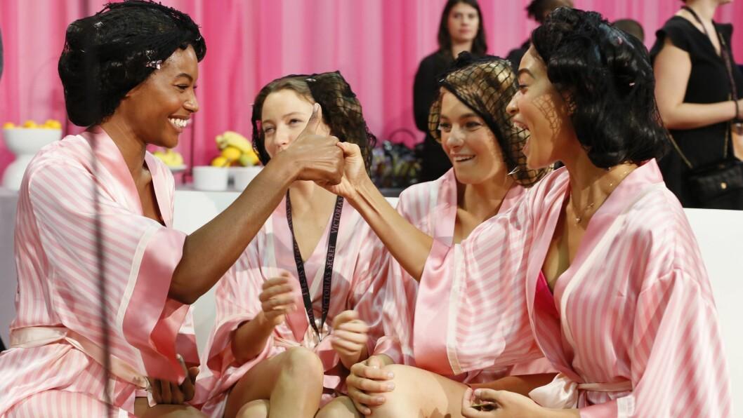 VICTORIA'S SECRET: Det er god stemning bak catwalken til Victoria's Secret Fashion Show. Lurer du på hvordan det hele ble? Sjekk ut videoen lengre ned i saken for en sniktitt! Foto: Rex Features