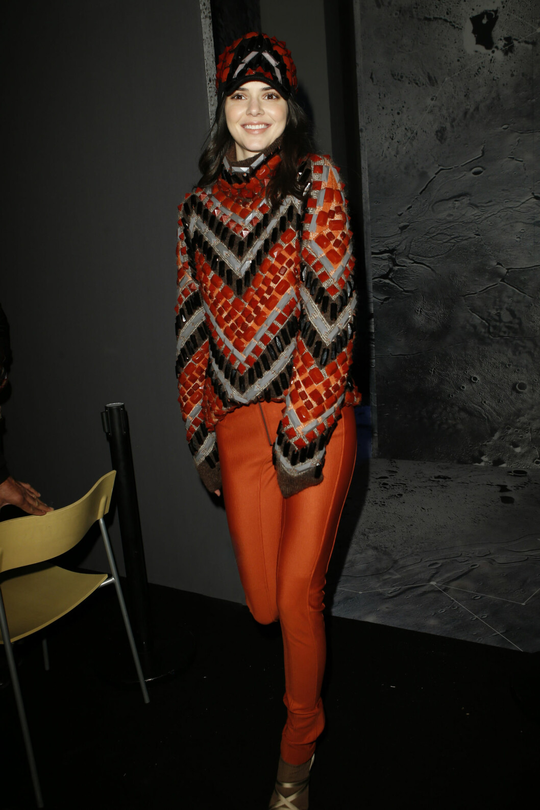 Kendall Jenner i oransje fra topp til tå. Foto: H&M