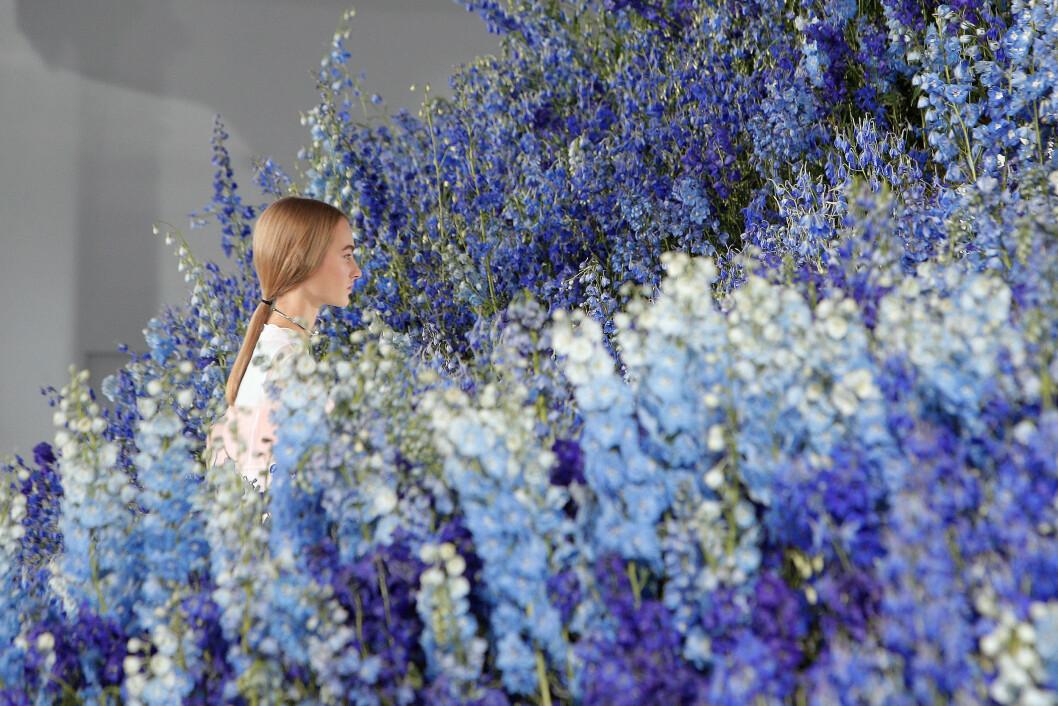 DIOR: Lokalet var omringet av vårlige blomster. Foto: Ap