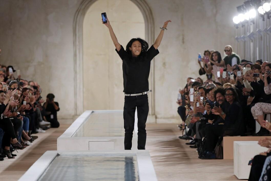 BALENCIAGA: Alexander Wang (avbildet) hadde sin siste visning for Balenciaga. Han avsluttet sin tid hos dem ved å løpe rundt og ta bilder med gjestene. Foto: Afp