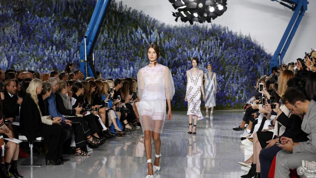 PARIS FASHION WEEK: Det er ikke bare tettpakket med visninger under moteuken. Storslåtte fester, jubileum, streetstyle og et stjernespekket Paris er blant høydepunktene fra Fashion Week. Foto: Afp