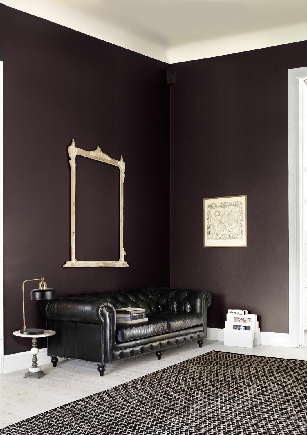 MAUVE: Gir et herskapelig uttrykk. Chesterfield-sofa og teppe fra Lauritz.com. Foto: Sara Svenningsrud