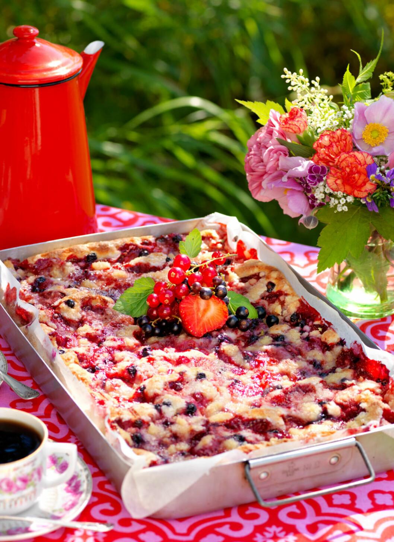 <strong>BÆRKAKE MED SMULDREDEIG:</strong> Saftig, myk og god kake med deilig smuldredeig og masse bær. Foto: All Over Press