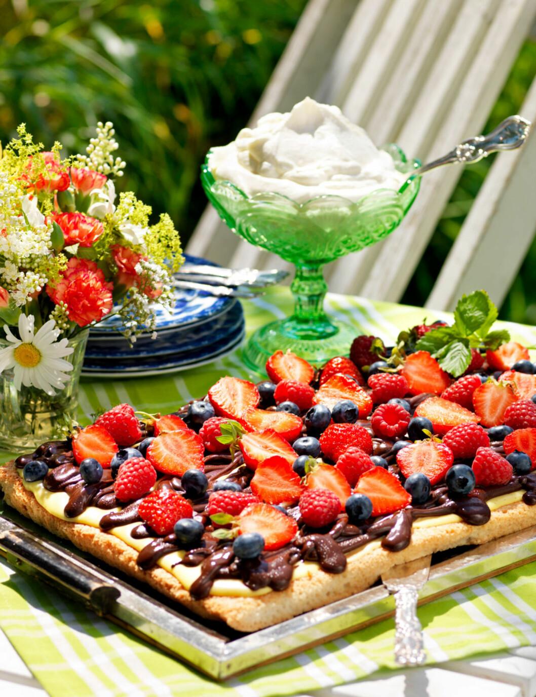 HØSTKAKE: Mandelbunn, vaniljekrem, sjokoladeglasur og deilige bær; kan det bli bedre? Foto: All Over Press