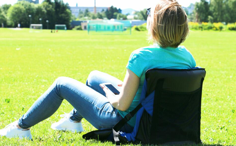 CAMPING-STOL: Du er avhengig av å ha med deg et liggeunderlag hvis du skal bruke denne stolen på tur. Foto: Kristin Sørdal.