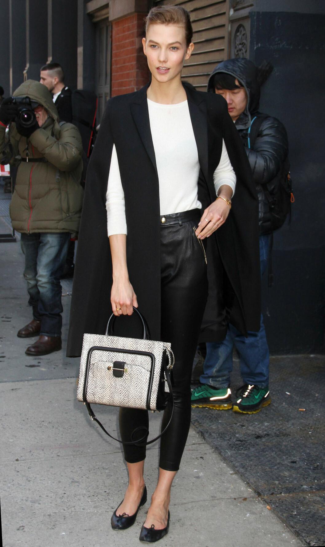 HØSTENS KULESTE: Karlie Kloss i en maskulin poncho. Foto: All Over Press