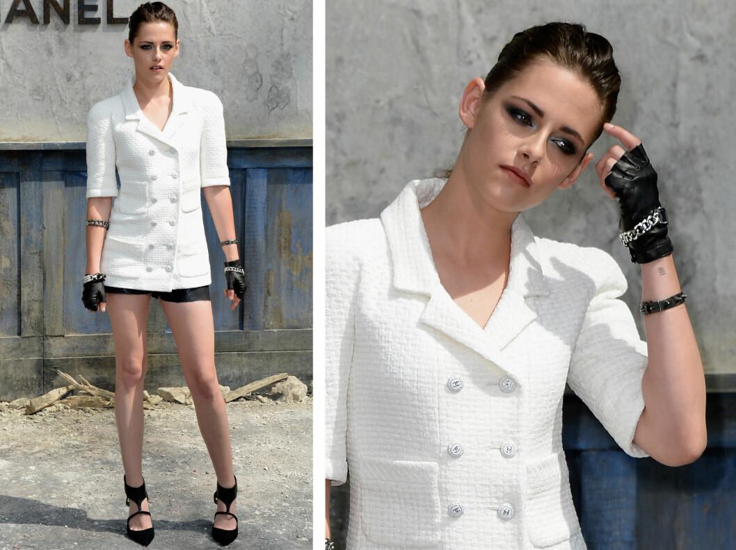SJEKK HANSKEN: Kristen Stewart hadde på seg en lekker hvit blazer, svarte hotpants og stilige svarte pumps. Sjekk også skinnhanskene! Foto: All Over Press