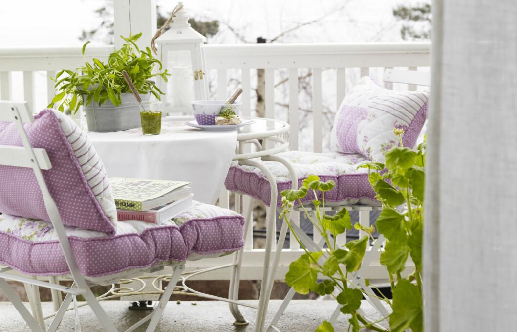 PASTELLER: Enten du pynter stua eller balkongen, er pasteller en av vårens og sommerens hotteste trender. Disse putene er fra Princess.