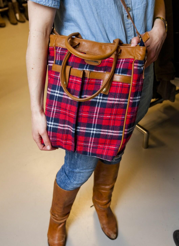 Skotske ruter i lune farger med 70-tallstvist er helt riktig nå. Denne vesken i konjakkfarget skinn fra Pepe Jeans får plass til alt og er perfekt til denimklær og brune boots.