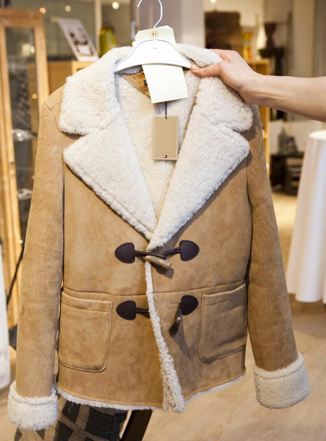 Saueskinnsjakken har ikke tenkt seg noe sted med det første, men det jeg likte med denne Tommy Hilfiger-modellen var duffelcoat-elementene.