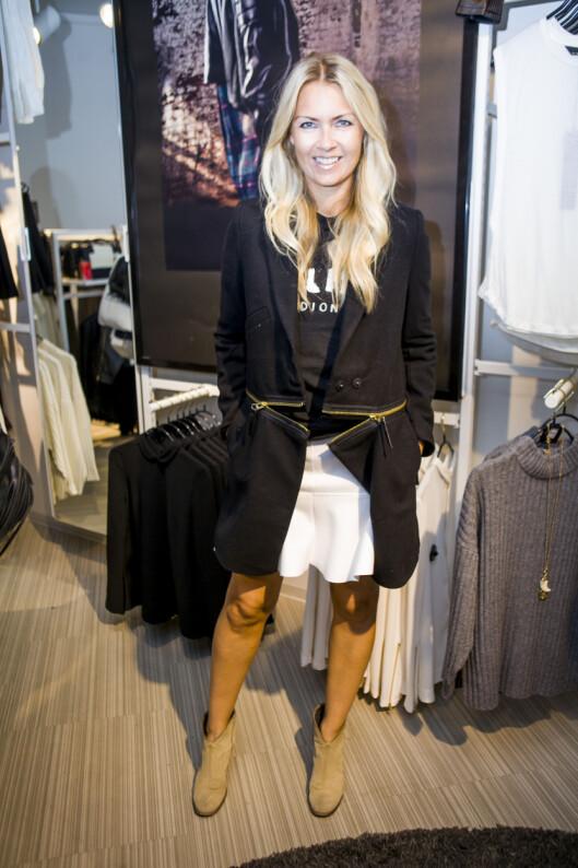 LEKKER KÅPE: Silje Pedersen prøver den svarte kåpen med glidelåsdetaljer.  Foto: Per Ervland