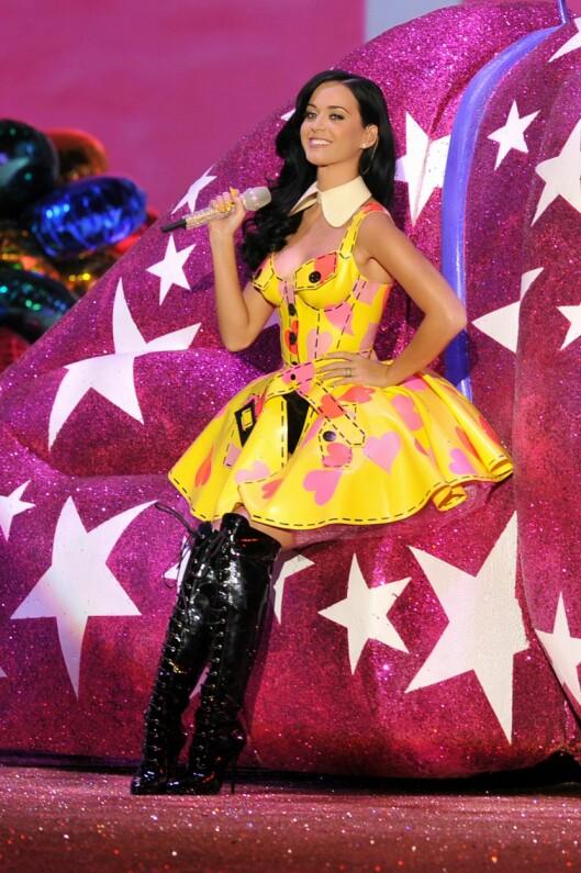 IKKE I UNDERTØY: Katy Perry opptrådde på moteshowet. Foto: All Over Press