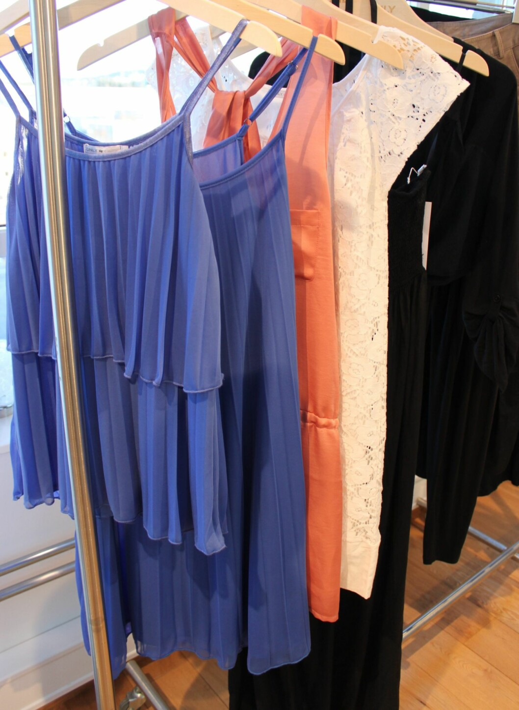 Blå plissétopp og -kjole. Foto: Aina Kristiansen