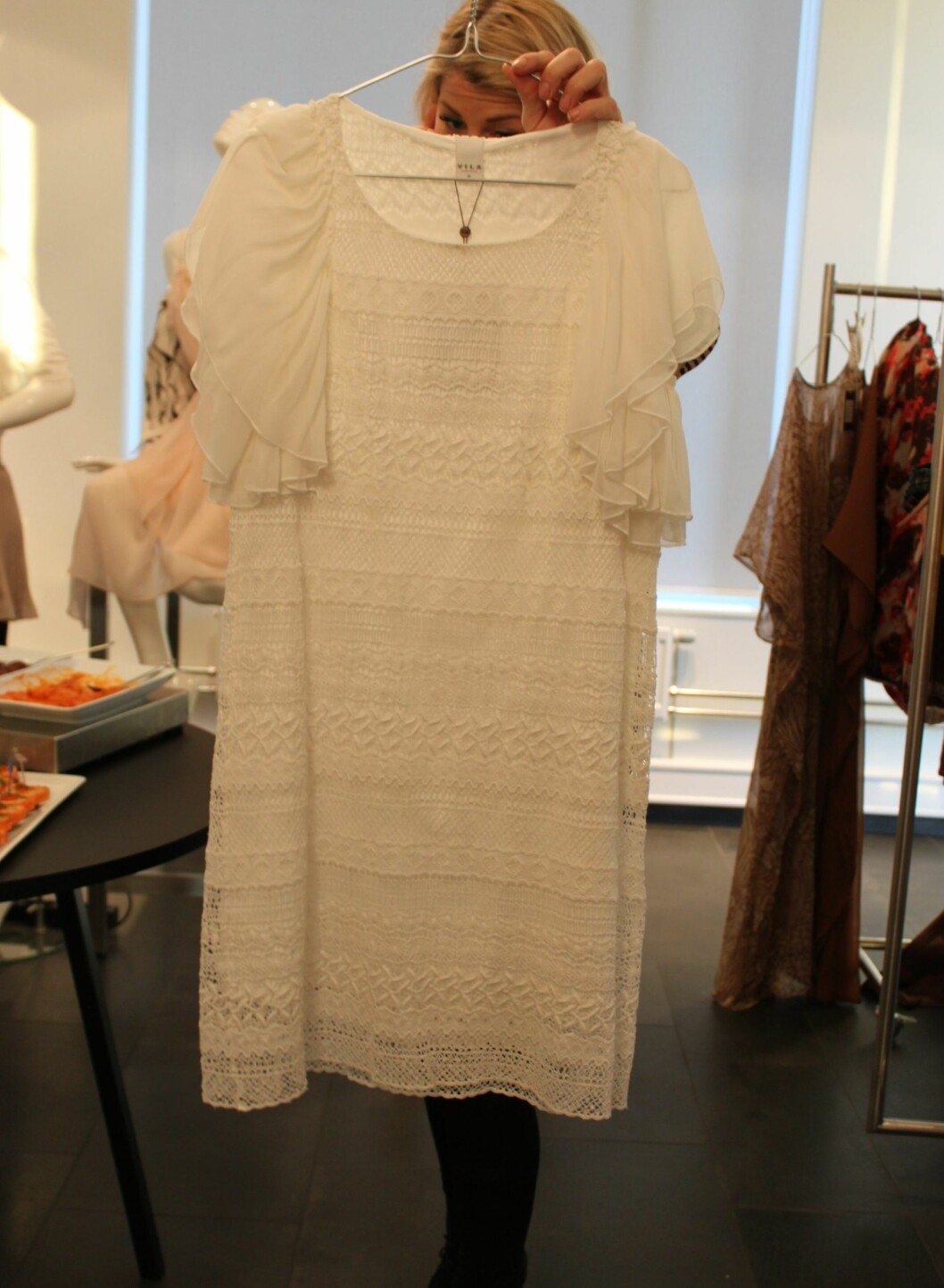 Hvit blondekjole. - Hvitt blir vårens og sommerens trendfarge, sier Kokkim. Foto: Aina Kristiansen
