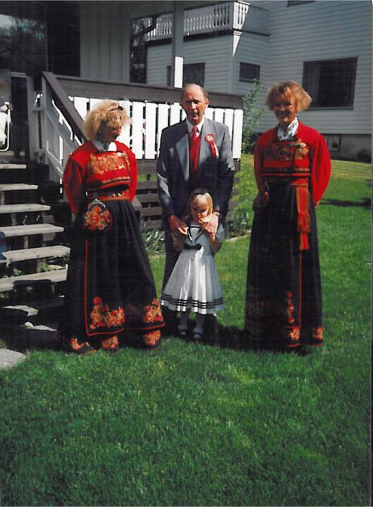NASJONALDAG: Stine på 17. mai med mamma og besteforeldrene. Foto: Privat