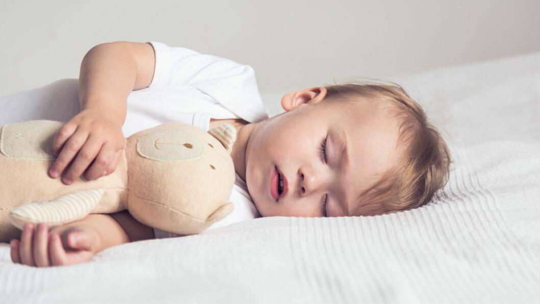 DELE ROM MED BABY: Barn som sover på samme rom med foreldrene sine sover dårligere.  Foto: NTB Scanpix