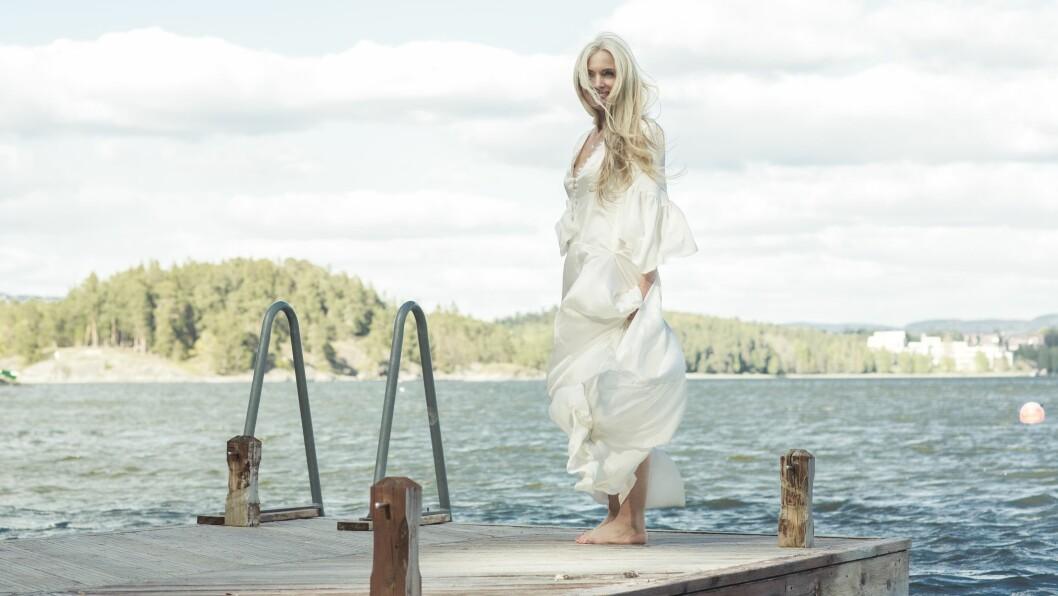 LINN STOKKE: Linn Stokke arrangerer yogareiser til sjøs: – Jeg arbeider mye med kvinner gjennom foredrag, terapi, workshops. Dager med stillhet, sjø, yoga, natur og gode samtaler har vært et eventyr for oss alle. Og mange opplever at nye vennskap i voksent liv er veldig berikende. Foto: Astrid Waller