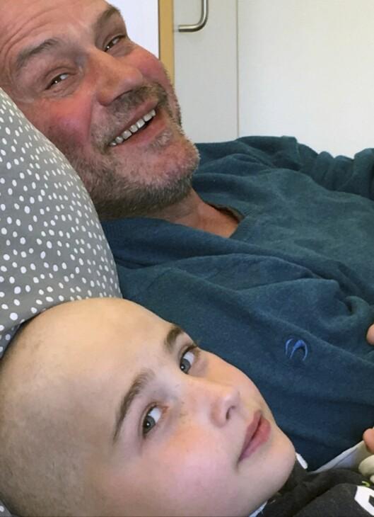 FAR OG SØNN: Hans Thomas slapper av på senga sammen med pappa Bjørn da han var i gang med cellegiftkur, og hadde mistet mye av håret.  Foto: Privat