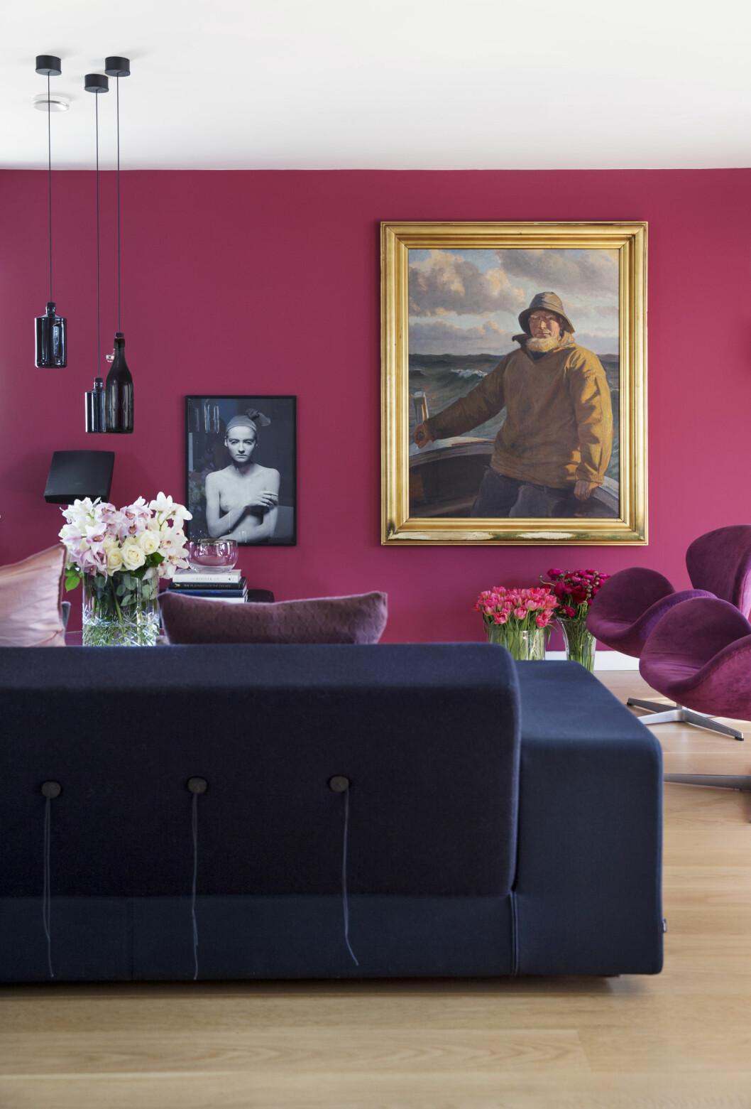 KUNST: Den gamle sjømannen er et arvestykke, malt av Michael Anker. Sofa fra Vitra. Rosa svanestoler fra Arne Jacobsen. Foto: Yvonne Wilhelmsen
