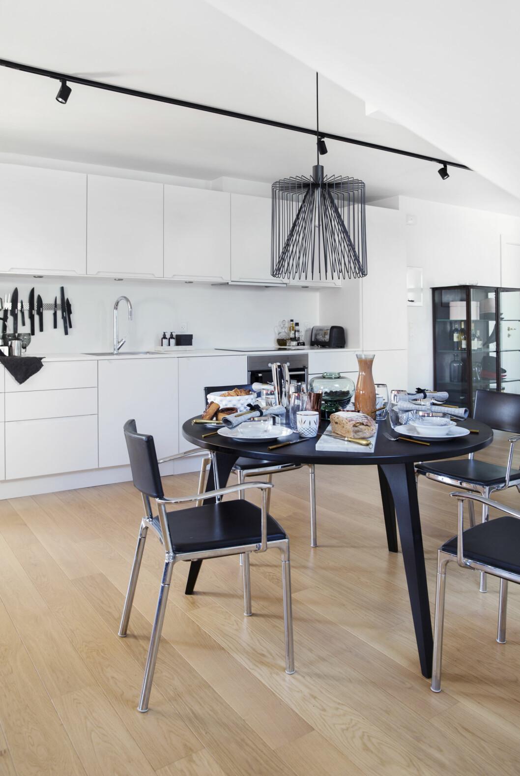 KJØKKENET: Er fra Unoform. Lampen over bordet er fra Anker & Co. Bordet er fra Frederik Bagger Home, og stolene er arvet fra Frederiks hjem. Foto: Yvonne Wilhelmsen