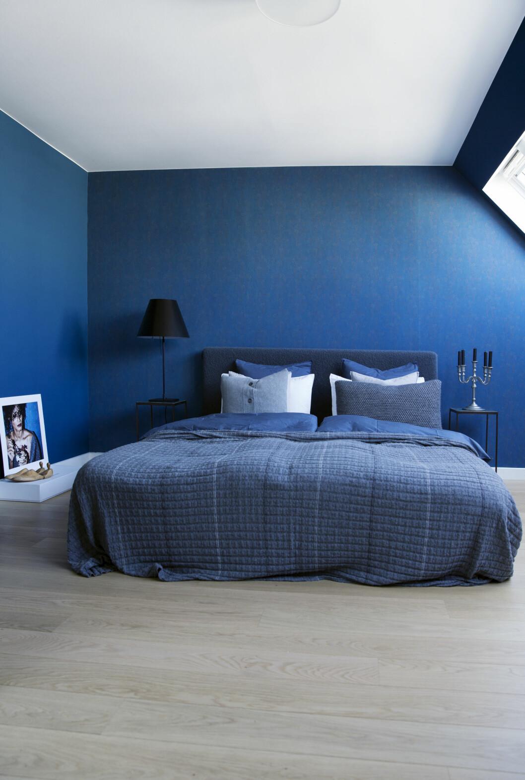 SOVEROM: Beroligende blå tapet fra Frederik Bagger Home. Sengeteppe fra Aiayu. Foto: Yvonne Wilhelmsen