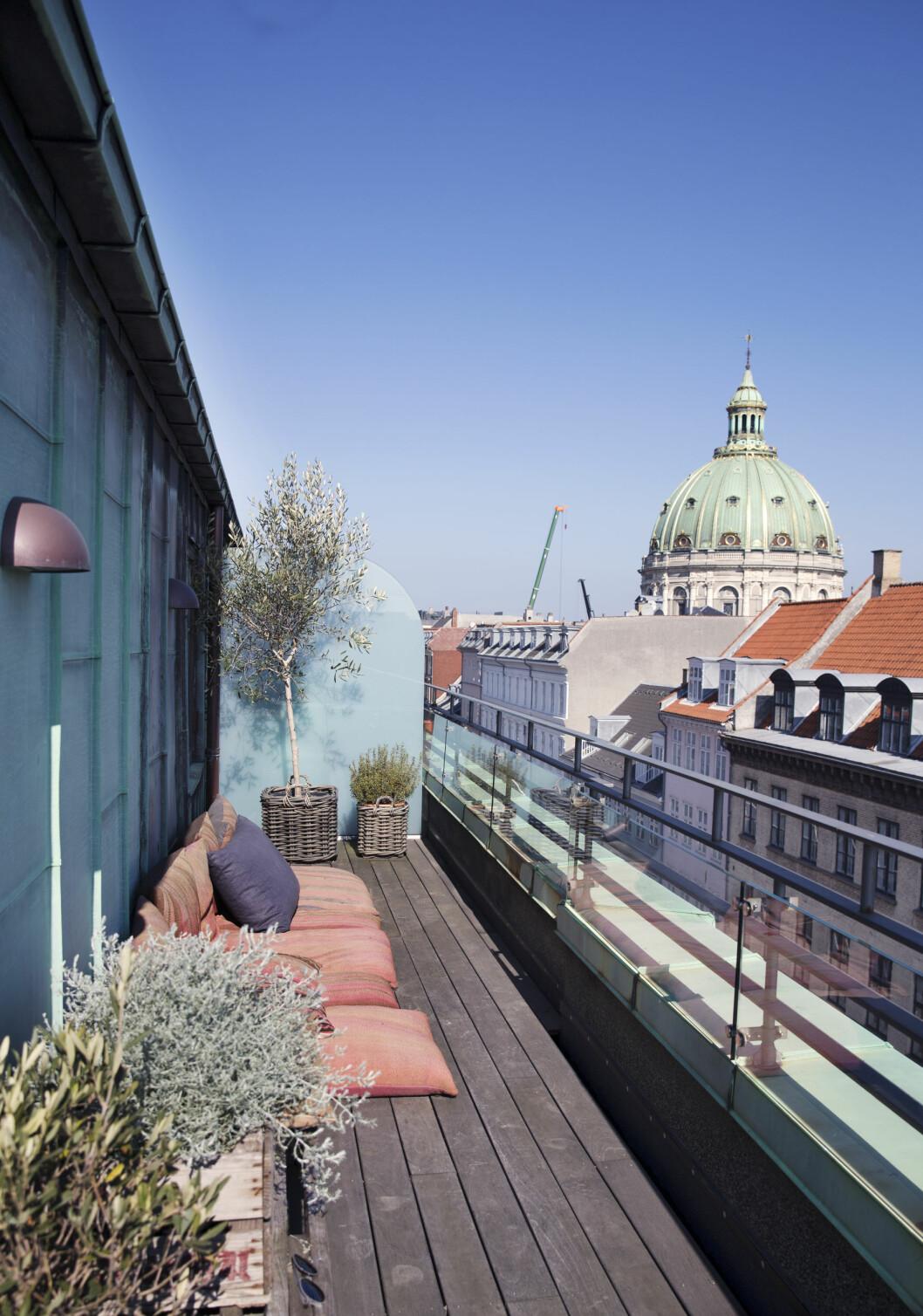 UTELIV: På balkongen er det lounge-stemning og vakker utsikt mot Marmorkirken. Foto: Yvonne Wilhelmsen