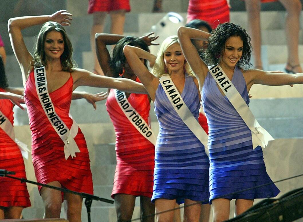 MISS UNIVERSE: Gal Gadot danser i front. Foto: AFP