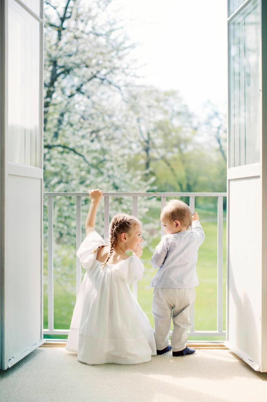 KONGELIGE BARN: Prinsesse Estelle og prins Oscar trives i hverandres selskap. Dette bildet er tatt på Haga slott i juni 2017. Foto: Erika Gerdemark / Kungahuset.se