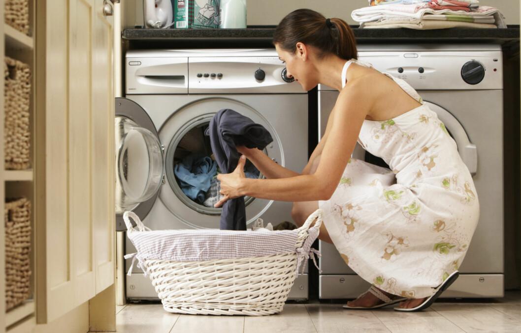 VÆR RASK: Start først med å forbehandle flekken med rennende vann eller flekkfjerningsmiddel. Deretter er det viktig å vaske på så høy temperatur som du tar sjansen på.