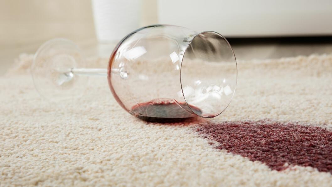 SØLT? Kan hvitvin eller salt egentlig fjerne rødvinsflekker, eller er det bare teite myter som vi alle tror på?