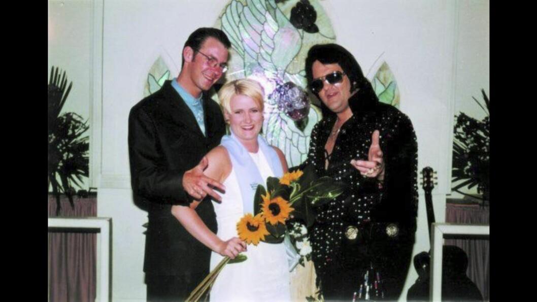 VIET AV ELVIS: 17. mars 1997 ble Erik og Helle viet av «Elvis», også kjent som Brendan Paul, samme dag som de hadde kjørt inn i Las Vegas. Foto: Privat