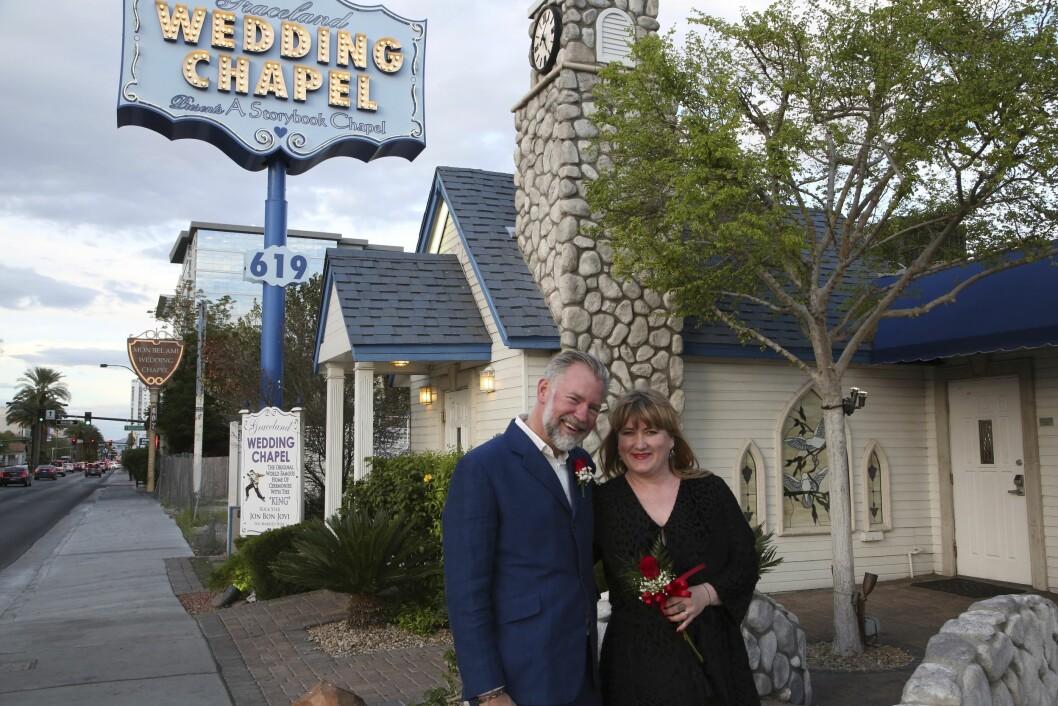 LITT ELDRE: 20 år senere. Erik og Helle er blitt bitte litt eldre, men håper de aldri blir for gamle til å gifte seg enda en gang hos Elvis. For dette er bare så moro. Foto: Erik Valebrokk