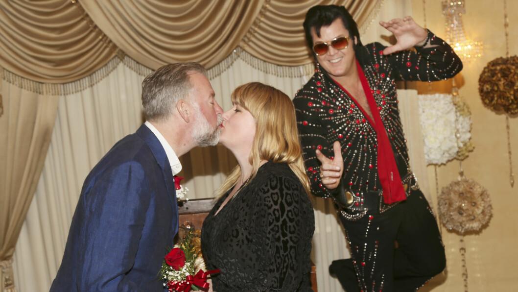 BRYLLUP: Til tonene av Elvis-låten «Viva Las Vegas» kan Erik og Helle Øder Valebrokk danse arm i arm ut av Graceland Wedding Chapel, sammen med «Elvis», som deretter straks måtte stikke for åhente barn.  Foto: Erik Valebrokk