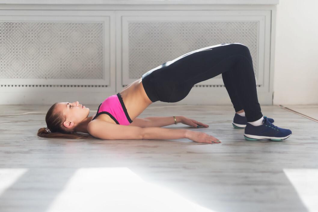 AKTIVER MUSKLENE: Øvelser som broen (også kalt «hipthrust» eller bekkenhev) er en god måte å aktivere rumpemuskulaturen på, og kan gjøres hjemme hver dag. Foto: NTB scanpix