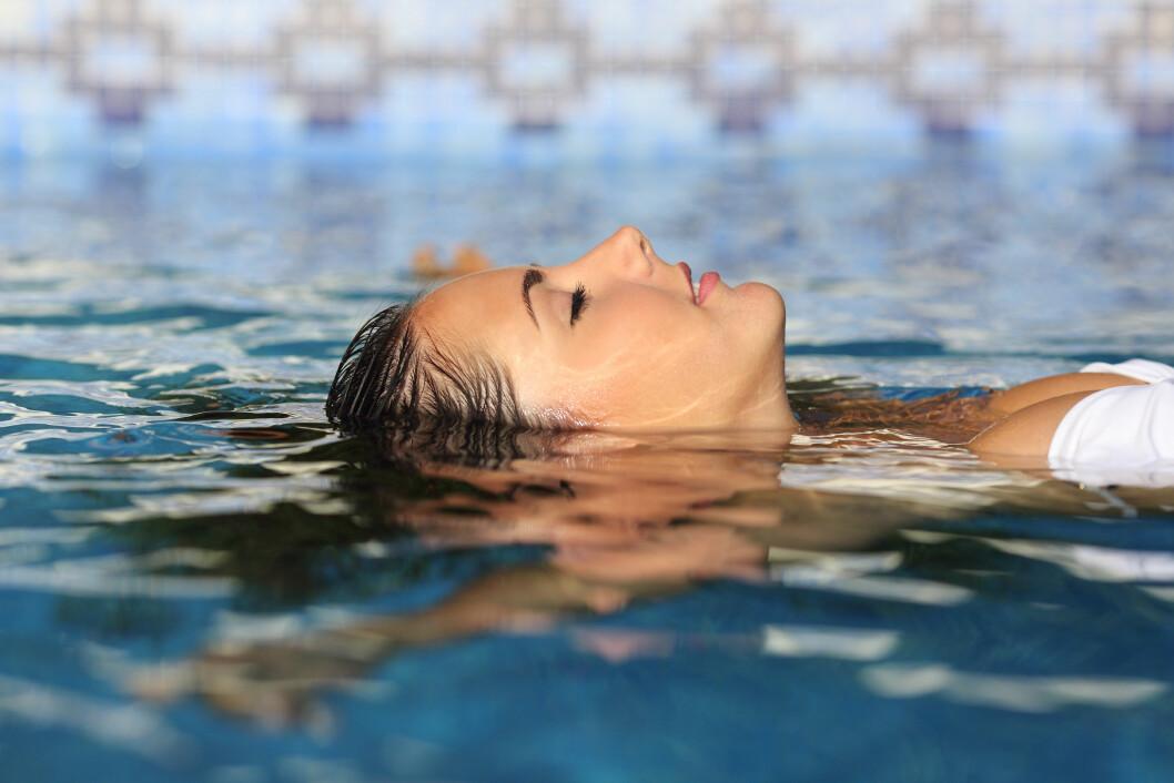 FLOATING: Under en «float» får kropp og muskler hvile, og det kan lette muskel- og leddsmerter, samt at det har positiv innvirking på restitusjon. NB! Dette bildet er ikke av en tank, men et illustrasjonsbilde.  Foto: NTB scanpix