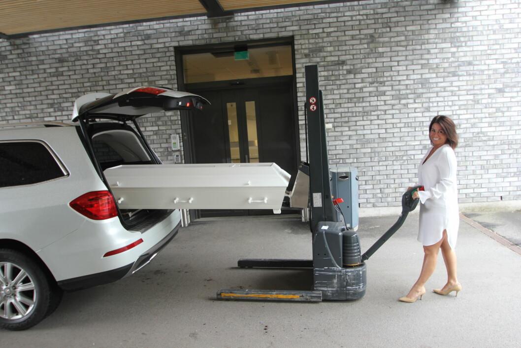 TUNGE LØFT: Ved hjelp av den lille trucken, får Pia kistene selv inn og ut av begravelsesbilen.  Foto: Jan-Erik Fossum