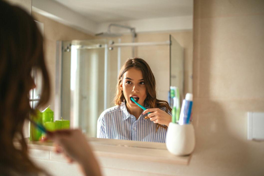 <strong>VIKTIG MED TANNPUSS:</strong> Har du periodontitt er det viktig med god munnhygiene, men du trenger hjelp av tannlegen for å kontrollere sykdommen godt.  Foto: Scanpix