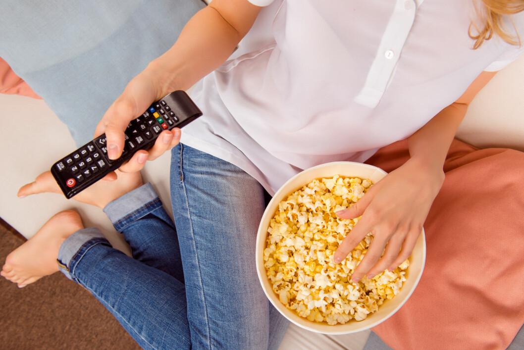 SNACKS: Jo større skål, jo mer spiser du. Du gjør derfor lurt i å sørge for mindre porsjoner. Foto: Roman Samborskyi / Shutterstock / NTB scanpix