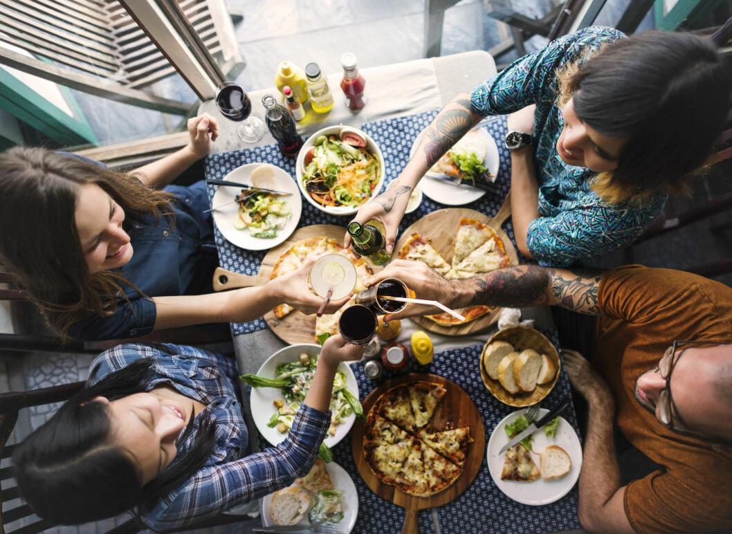 HYGGE: Man kan selvsagt spise foran tv-en av og til, men til vanlig er det best å nyte måltidene ved et spisebord sammen med familien. Foto: Rawpixel.com / Shutterstock / NTB scanpix
