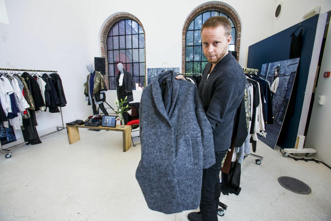 FAVORITTEN: Martin Gustafsson viser frem favoritten fra kolleksjonen - den grå kåpen. Foto: Per Ervland