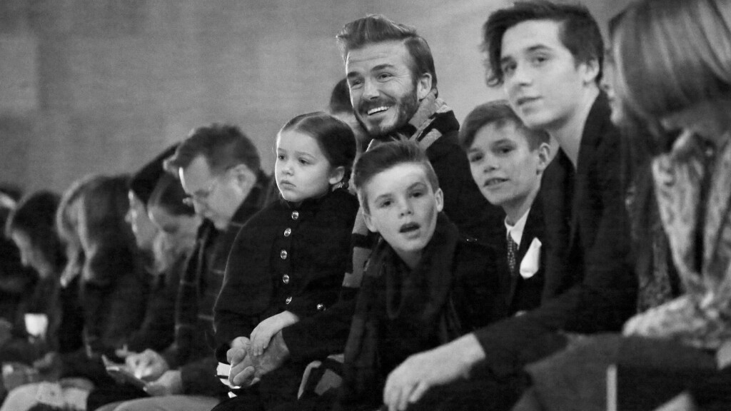 DAVID BECKHAM: Den tidligere fotballspilleren David Beckham har konsentrert seg om familielivet etter at han la opp som fotballspiller. Her med barna Harper, Cruz, Romeo og Brooklyn under New York Fashion Week i februar 2016. Foto: NTB Scanpix
