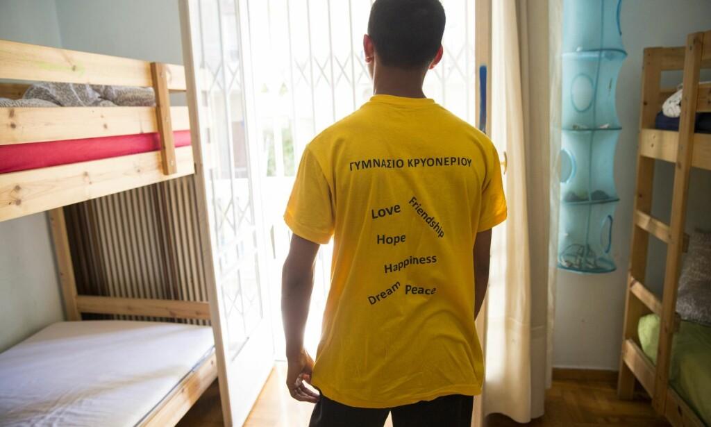USIKKER FRAMTID: En mindreårig asylsøker har på seg en t-skjorte hvor det står skrevet håp, kjærlighet, glede, drøm, vennskap og fred. <br> Foto: Tore Meek / NTB Scanpix
